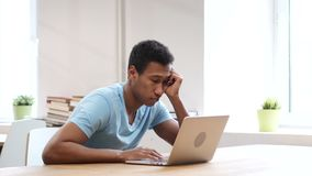 Hombre negro durmiente en el trabajo, gesto almacen de metraje de vídeo