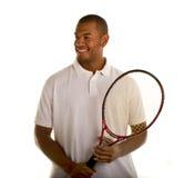 Hombre negro en la camisa y la raqueta de tenis blancas Imágenes de archivo libres de regalías