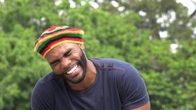 Hombre negro jamaicano de risa almacen de video