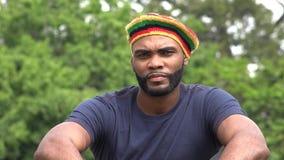 Hombre negro jamaicano serio almacen de video