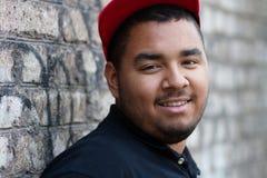 Hombre negro joven en casquillo rojo Fotografía de archivo libre de regalías