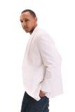 Hombre negro joven en la chaqueta y los pantalones vaqueros blancos Imagen de archivo