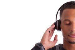 Hombre negro joven que escucha la música Fotos de archivo