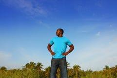 Hombre negro joven que se coloca alto Fotos de archivo libres de regalías