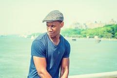 Hombre negro joven que se relaja por el lago Fotografía de archivo