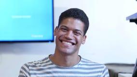 Hombre negro joven sorprendente, sorprendido almacen de video