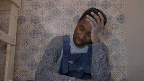 Hombre negro para el trabajo en una construcción almacen de metraje de vídeo