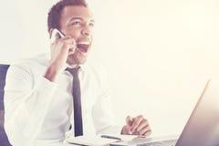 Hombre negro que grita en el teléfono móvil fotografía de archivo