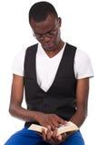 Hombre negro que lee un libro Imagen de archivo