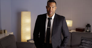 Hombre negro que se coloca en traje Fotografía de archivo