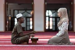Hombre negro y mujer musulmanes que ruegan en mezquita Foto de archivo libre de regalías