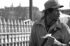 Hombre negro y un bw de la barrera Imágenes de archivo libres de regalías