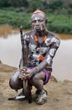 Hombre no identificado de la tribu de Karo con el arma Imagen de archivo libre de regalías