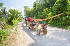 hombre no identificado que conduce el tractor en un camino rural Fotos de archivo