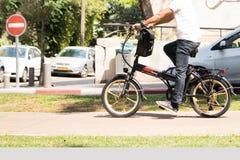 Hombre no identificado que monta una bicicleta eléctrica Fotos de archivo