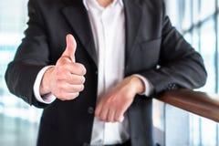 Hombre o abogado de negocios que da los pulgares para arriba Fotografía de archivo libre de regalías