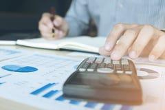Hombre o contable de negocios que trabaja la inversión financiera en calcu Imagenes de archivo
