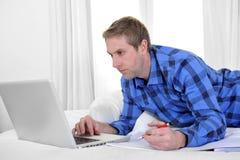 Hombre o estudiante de negocios que trabaja y que estudia con el ordenador Foto de archivo