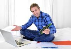 Hombre o estudiante de negocios que trabaja y que estudia con el ordenador Imagen de archivo