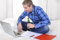 Hombre o estudiante de negocios que trabaja y que estudia con el ordenador Fotografía de archivo