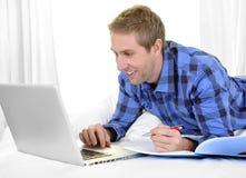 Hombre o estudiante de negocios que trabaja y que estudia con el ordenador Imagen de archivo libre de regalías