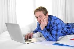 Hombre o estudiante de negocios que trabaja y que estudia con el ordenador Foto de archivo libre de regalías