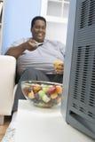 Hombre obeso que sostiene el vidrio de jugo Imagen de archivo
