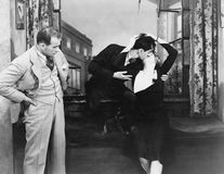 Hombre observando pares que se besan (todas las personas representadas no son vivas más largo y ningún estado existe Garantías de Imagenes de archivo
