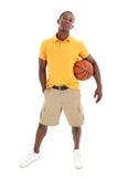 Hombre ocasional con la bola de la cesta Fotos de archivo libres de regalías