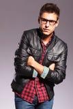 Hombre ocasional con los vidrios y la chaqueta de cuero Fotografía de archivo libre de regalías