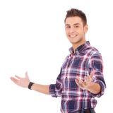 Hombre ocasional en gesto que da la bienvenida Imagen de archivo