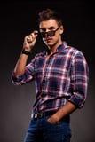 Hombre ocasional joven que toma abajo de sus gafas de sol Imagenes de archivo