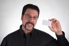 Hombre ocasional que sostiene la tarjeta de visita en blanco Imagenes de archivo