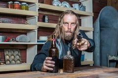 Hombre occidental borracho en la tabla foto de archivo libre de regalías