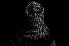 Hombre ocultado con gastos indirectos palestinos de la bufanda delante de aislado imagen de archivo libre de regalías