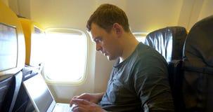Hombre ocupado en el avión metrajes