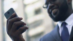 Hombre ocupado que busca su amor en fechar páginas web usando el smartphone, uso almacen de video