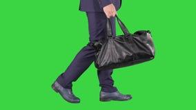 Hombre ocupado que camina con el bolso de cuero en una pantalla verde, llave de la croma almacen de video