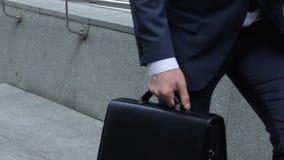 Hombre ocupado que camina rápidamente para trabajar, reunión importante, gestión de tiempo, plazo metrajes