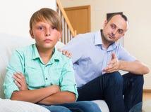 Hombre ofendido y adolescente obstinado Fotos de archivo