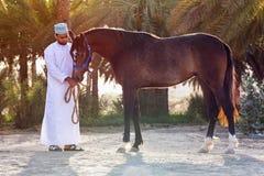 Hombre omaní con su caballo Foto de archivo libre de regalías