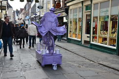 Hombre púrpura y bicicleta púrpura Fotos de archivo