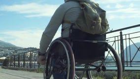 Hombre paralizado que usa su silla de ruedas almacen de video