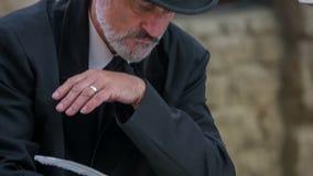 Hombre a partir de épocas románticas que escribe una canción clásica metrajes
