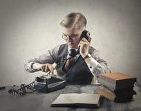 Hombre pasado de moda que hace una llamada foto de archivo libre de regalías