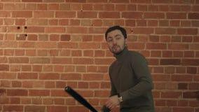 Hombre peligroso con el bate de béisbol listo para la lucha metrajes