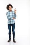 Hombre pensativo con el pelo rizado que destaca el finger Foto de archivo libre de regalías