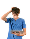 Hombre pensativo con la tableta Fotos de archivo