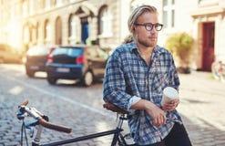 Hombre pensativo en la ciudad Fotos de archivo libres de regalías