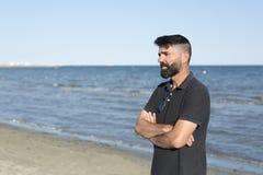 Hombre pensativo en una playa Fotografía de archivo
